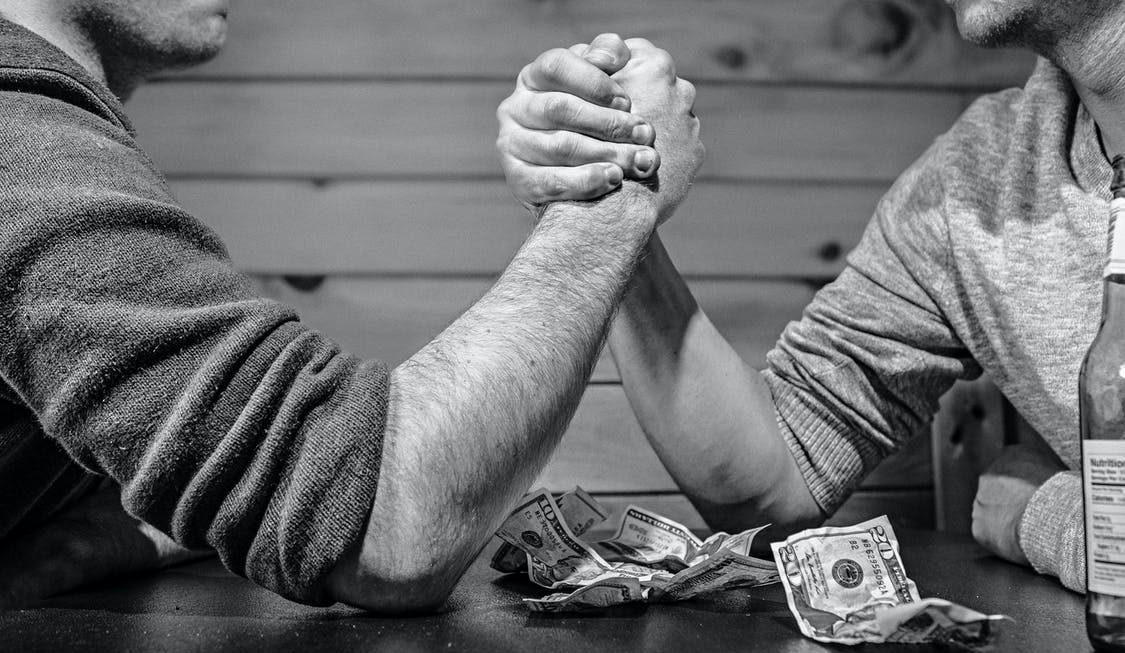 配偶外遇,請求裁判離婚後,能要到多少撫慰金跟贍養費?